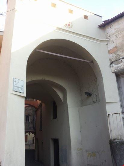 Una delle porte con accesso al paese medioevale ( emblema del comune sopra l'arco)