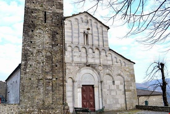 https://images.placesonline.com/photos/101579_bagni_di_lucca_chiesa_san_cassiano_a_controne.jpg?quality=80&w=710&h=510&mode=crop