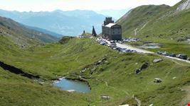 L'ospizio del Piccolo San Bernardo visto dal Giardino alpino Chanousia