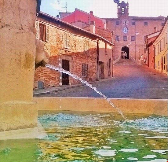 Fontana e palazzo della Rovere