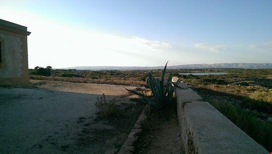 105267 marzamemi la riserva di vendicari verso la spiaggia di calamosche