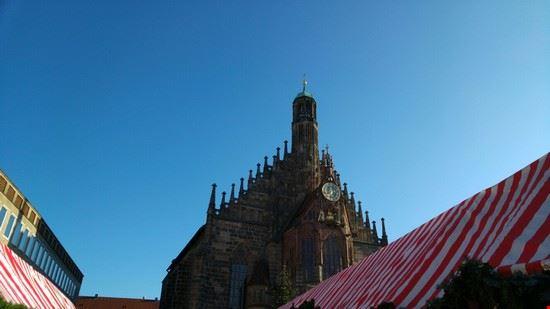 norimberga i mercatini davanti alla cattedrale