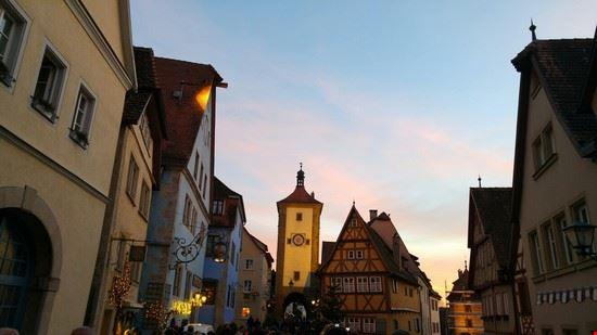 Uno scorcio di Rothemburg alla sera,  illuminata  con le luci natalizie