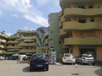 le balconate  con il loro disegno ondoso vanno ad esaltare questa architettura priva di angoli