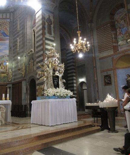 Interno del santuario con gli affreschi