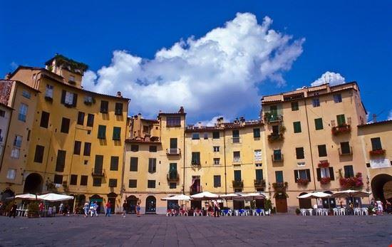 piazza_anfiteatro_Lucca