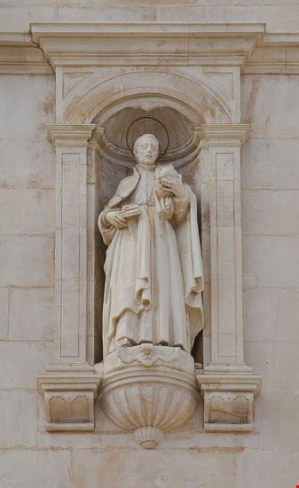 coimbra cattedrale nuova di coimbra statua sulla facciata