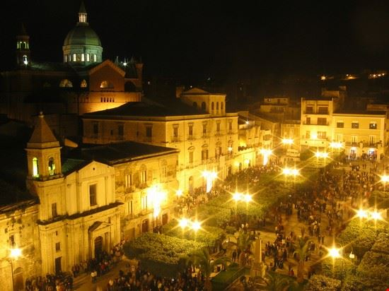 Veduta notturna di Piazza Cavour