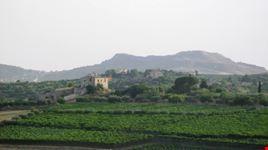 Favara, veduta paesaggistica rurale verso Monte Caltafaraci, un sito ricco di testimonianze archeologiche che vanno dalla prima età del bronzo fino al XIII secolo.