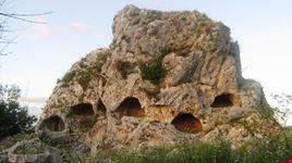 Favara, uno scorcio della necropoli preistorica riutilizzata nel periodo tardo-antico paleocristiana di contrada Stefano.