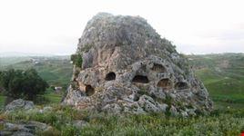 Un itinerario emozionante tra arte, storia, cultura, natura, sapori…da gustare lentamente…alla scoperta di Favara ed il suo territorio! Un altro scorcio della necropoli di contrada Stefano.