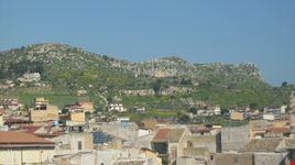 Favara, nello sfondo Monte Caltafaraci, un'area ricca di testimonianze archeologiche che vanno dalla prima età del bronzo fino al XIII secolo, visto dalla terrazza della sede municipale.