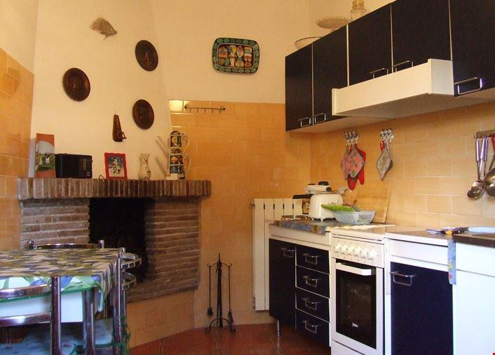 Foto Cucina abitabile con camino a Montecompatri - {info}