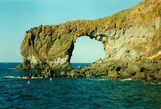 Arco scavato dal mare a Salina