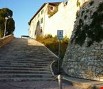 scalinata di accesso al paese