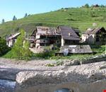 La frazione di Rhuilles, vista dal ponte sul torrente Thuras