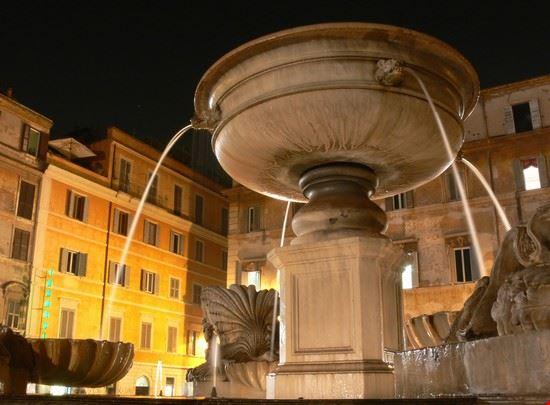 15552 roma scorcio notturno della fontana di piazza santa maria in