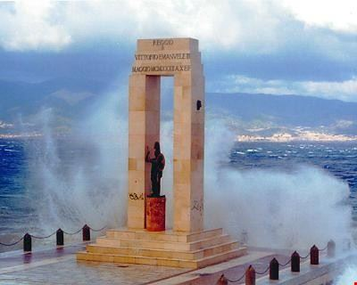 reggio calabria monumento athena