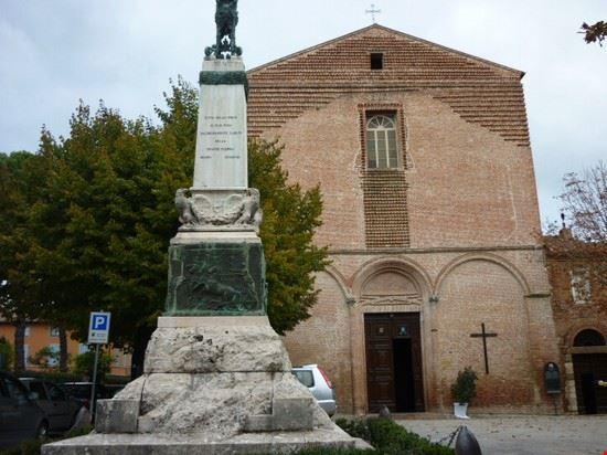chiesa e monumento sulla piazza