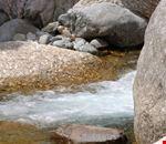rocce e corso d'acqua