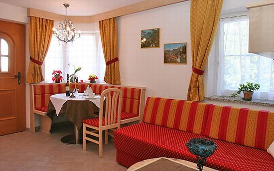 Foto soggiorno angolo cottura a ortisei 550x343 for Soggiorno angolo cottura