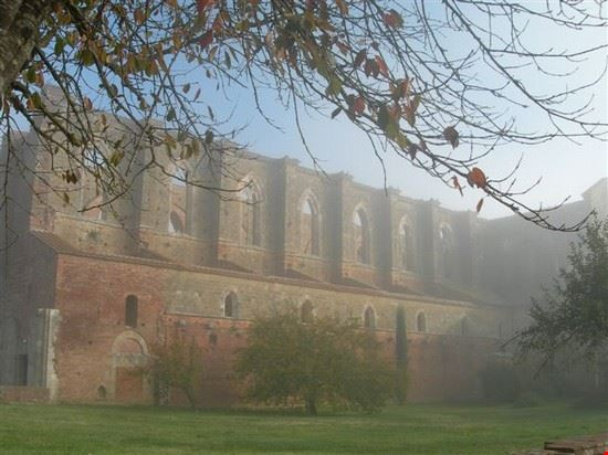 L'abbazia nella campagna senese