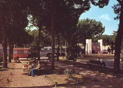 Villa De Gasperi, Monumento ai Caduti