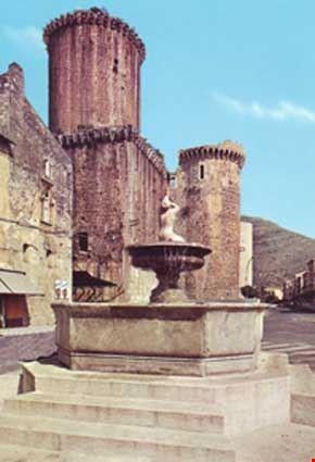 Fontana di Piazza dell'Unità d'Italia e Castello Baronale