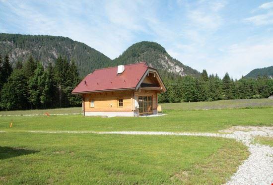 la sistemazione è in nuovissimi ed equipaggiati chalet di legno dai quali si gode di una vista indimenticabile sulle Alpi Giulie