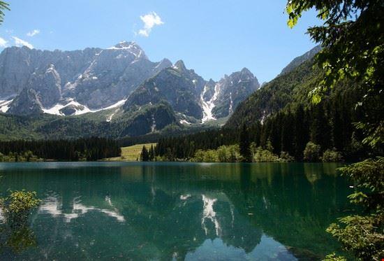 due splendidi laghi di origine glaciale, inseriti  all'interno di un fitto bosco di abete rosso. Posti alla base della catena montuosa del Gruppo del Mangart, con essa danno al turista una sensazione mista tra serenità e imponenza che lo fanno subito entrare in sintonia con la natura