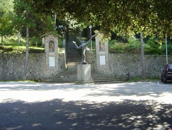 Statua di San Francesco d'Assisi all'ingresso del Ritiro di san Francesco