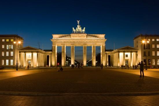 Foto la porta di brandeburgo di notte a berlino 550x366 autore redazione - Casa vacanza berlino ...