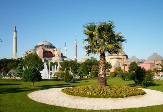 Scorcio dei giardini e della Basilica di Santa Sofia