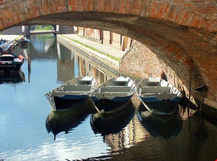 Barche sotto un ponticello
