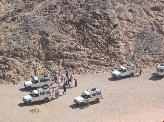 jeep per fuoristrada tra le dune