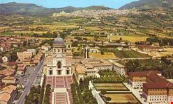 Veduta aerea della Basilica Patriarcale di S. Maria degli Angeli, sullo sfondo Assisi