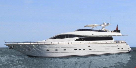 fiumicino vacanza su barca a motore di lusso