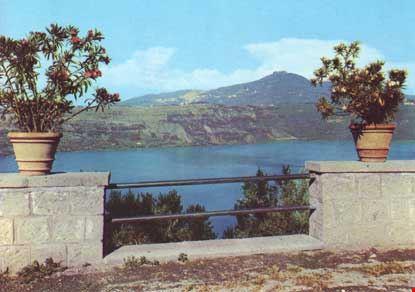 Il Lago di Castel Gandolfo con veduta di Rocca di Papa e Monte Cavo