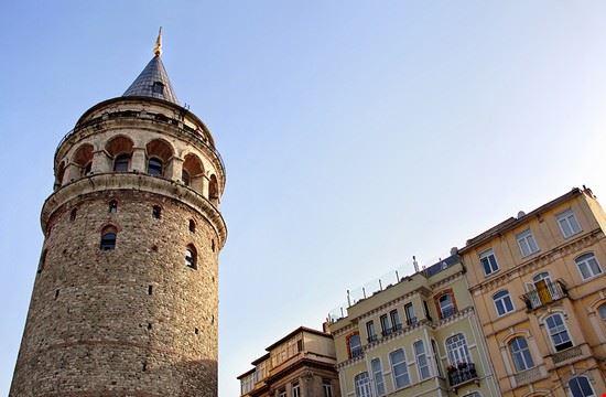 istanbul la torre di galata vista dal basso