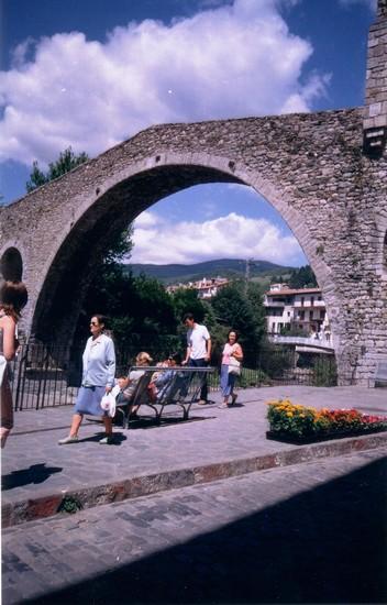 Foto il ponte ad arco di camprodon a barcellona 352x550 for Villaggi vacanze barcellona