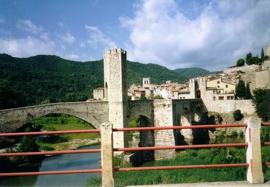 Foto ponte romano di besal a barcellona 550x380 for Villaggi vacanze barcellona