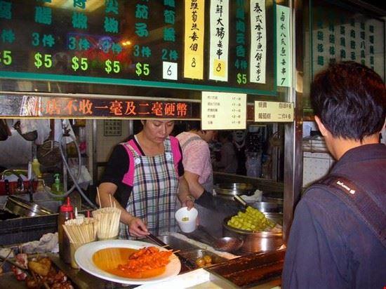 18373 hong kong uno dei tanti ristoranti presenti sulla strada di nathan
