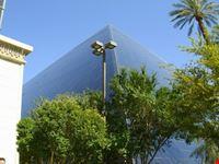 las vegas la piramide del luxor vista dalla piscina