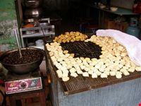 hong kong banco di chiocciolini cotti in padella e tofu grigliati