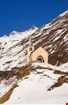 Piccola chiesa nel paesaggio invernale
