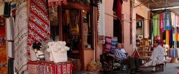 marrakesch verkaeufer im souk marrakesch