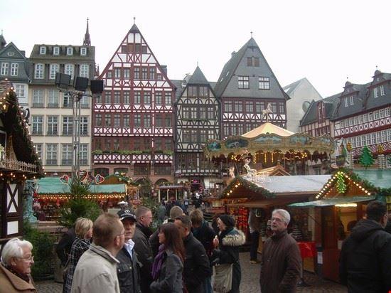 Nel periodo natalizio le piazze principali vengono colmate di splendidi mercatini di natale, mai visto uno spirito natalizio così forte...