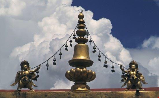 lhasa dach des jokhang-tempels in lhasa