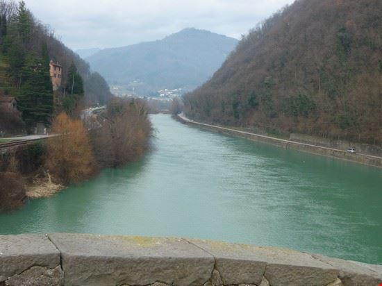 fiume Serchio scorre sotto il POnte del Diavolo