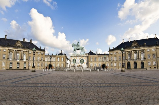 schloss amalienborg denkm ler und monumente in kopenhagen. Black Bedroom Furniture Sets. Home Design Ideas